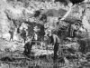 La squadra dei brillatori colloca l'esplosivo. (In secondo piano si vede una guardia.) 24.06.1932